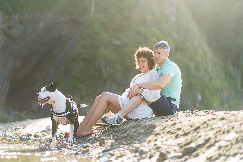 fotos de embarazo con mascota en la playa en Asturias