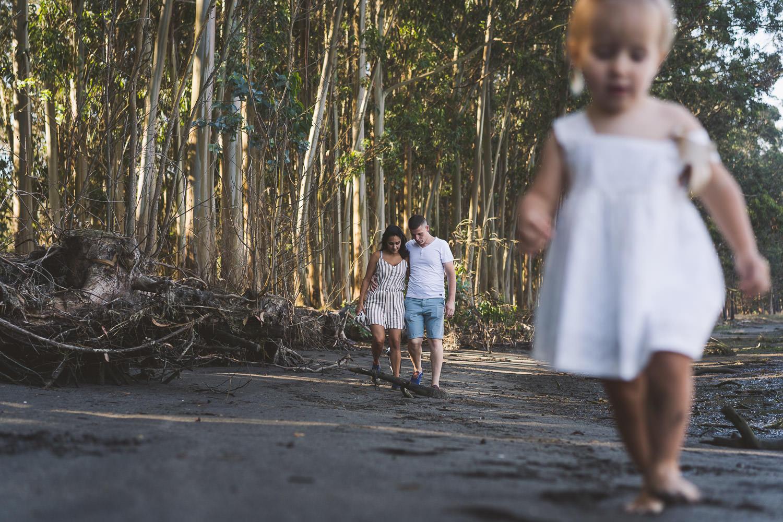 pareja paseando con su hija en primer término