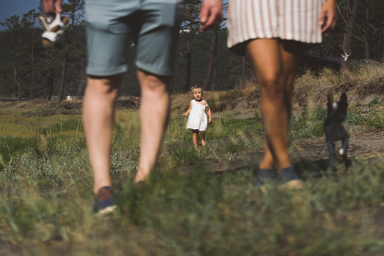 padres paseando y su hija en segundo plano