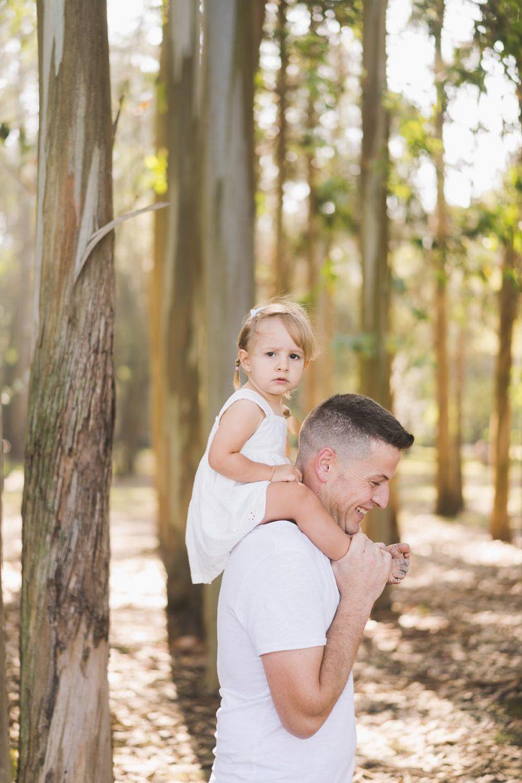 padre con su hija a hombros