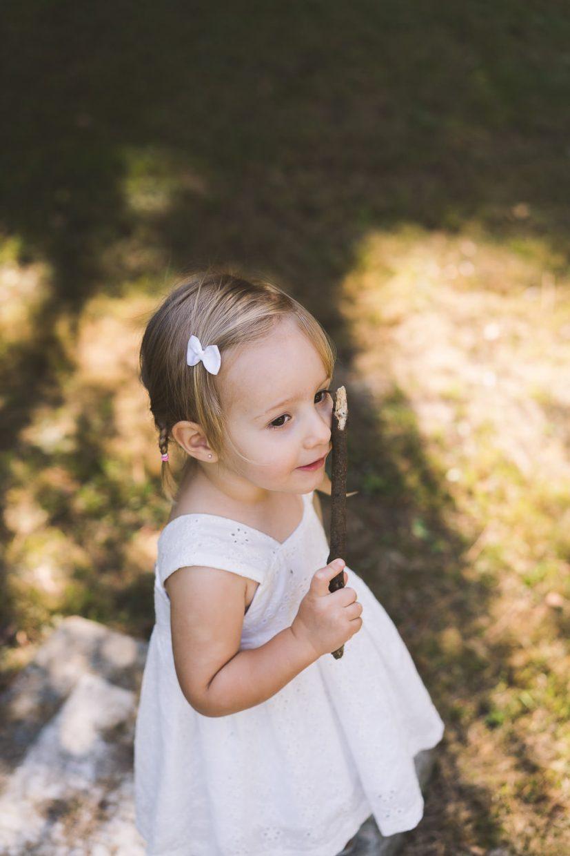 niña jugando con un palo