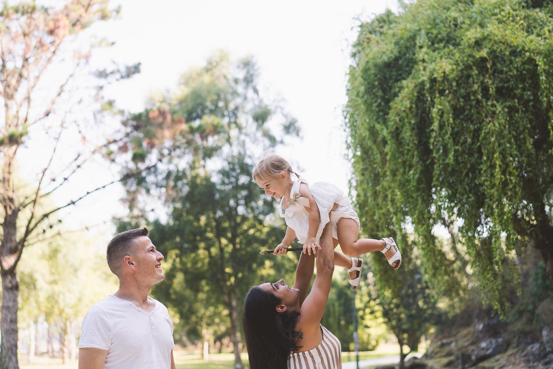 madre y padre jugando con su hija