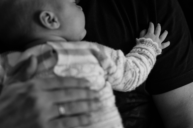 fotos de padre e hija newborn en casa