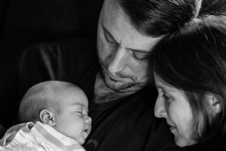 madre y padre con su hija recién nacida, fotos newborn
