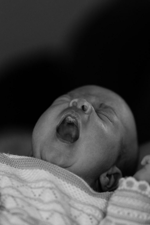 bebé bostezando