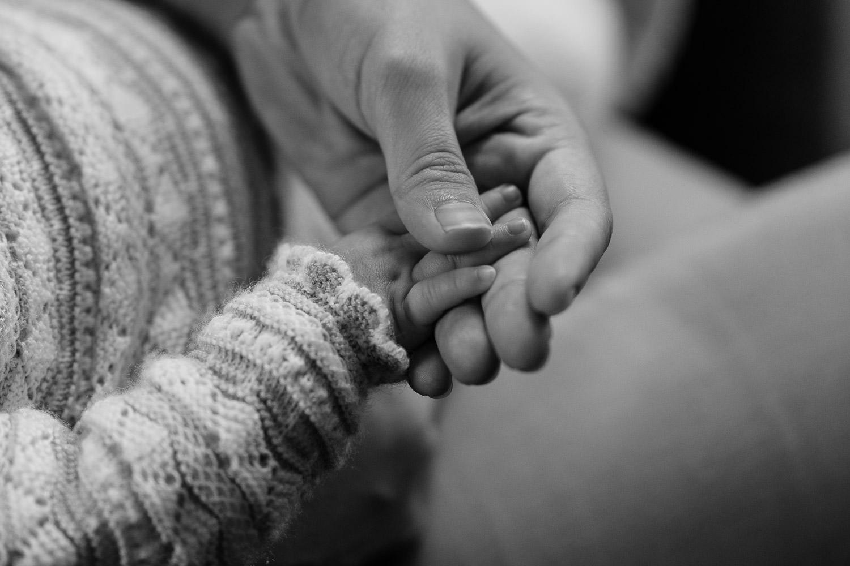 manos de bebé y manos de su madre