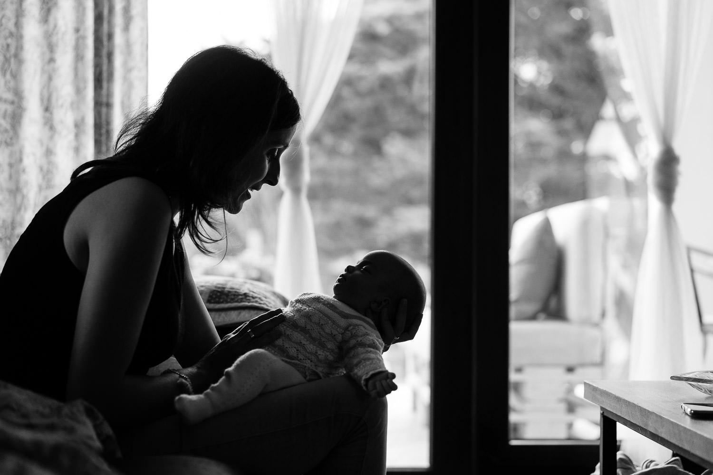 fotos de madre e hija newborn en casa