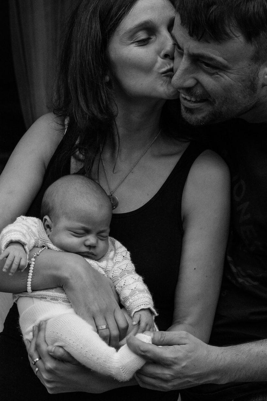fotos de padres con recién nacida en casa