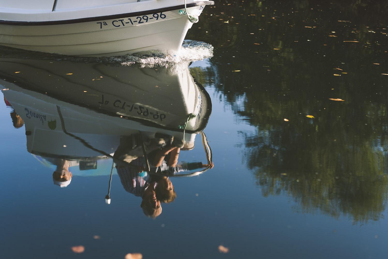 sesión de fotos con abuelos y nietos en barca por el río Navia