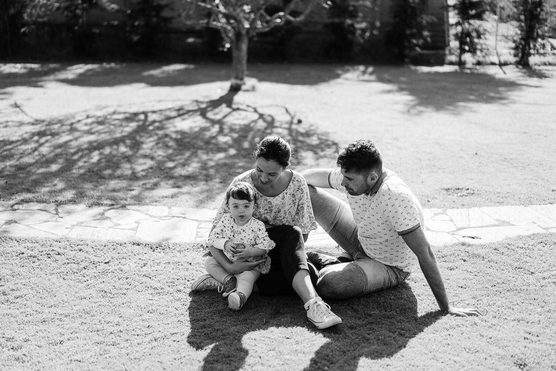 padres e hija jugando en el jardín de su casa