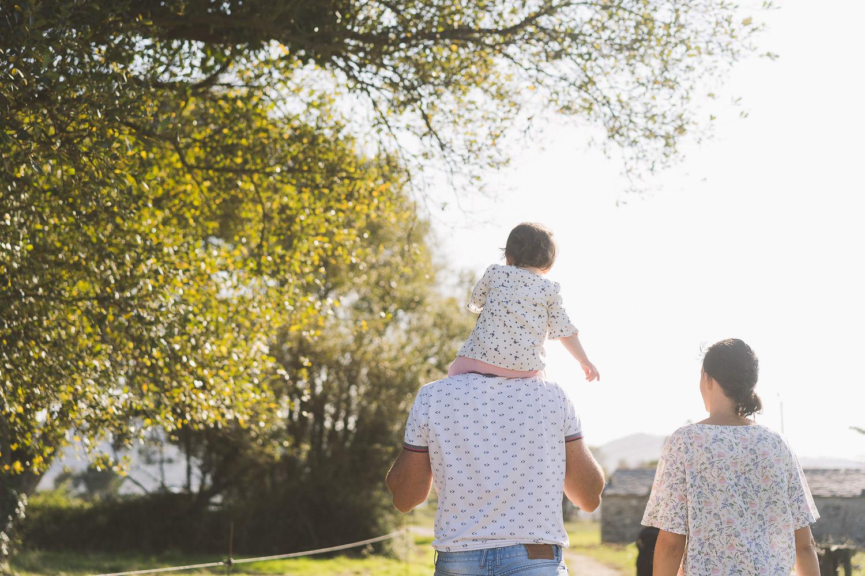 padres e hija de paseo, fotos de familia
