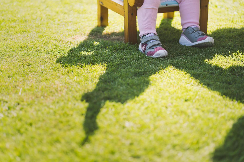 pies de una niña en el jardín de su casa