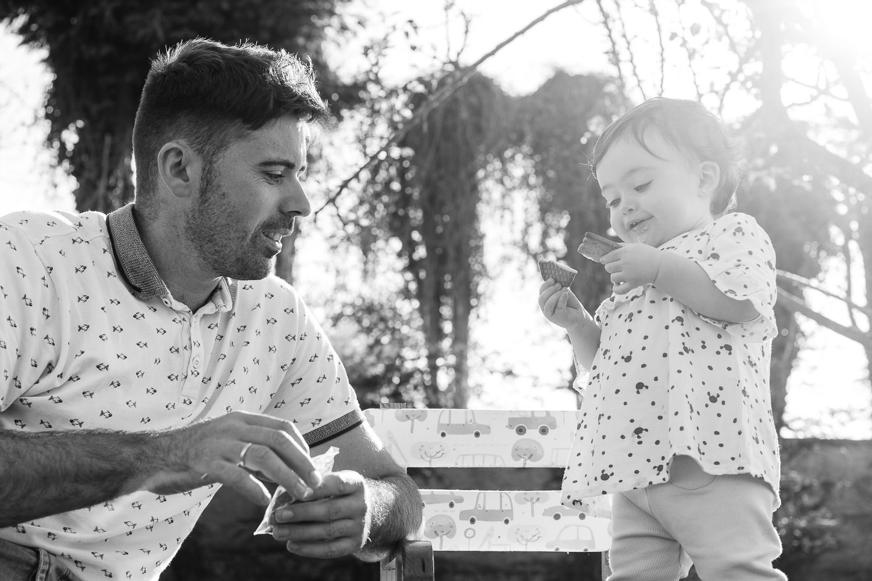 padre e hija merendando