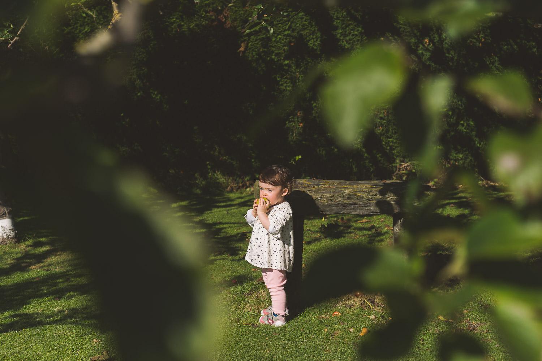 fotos de niña entre los álboles