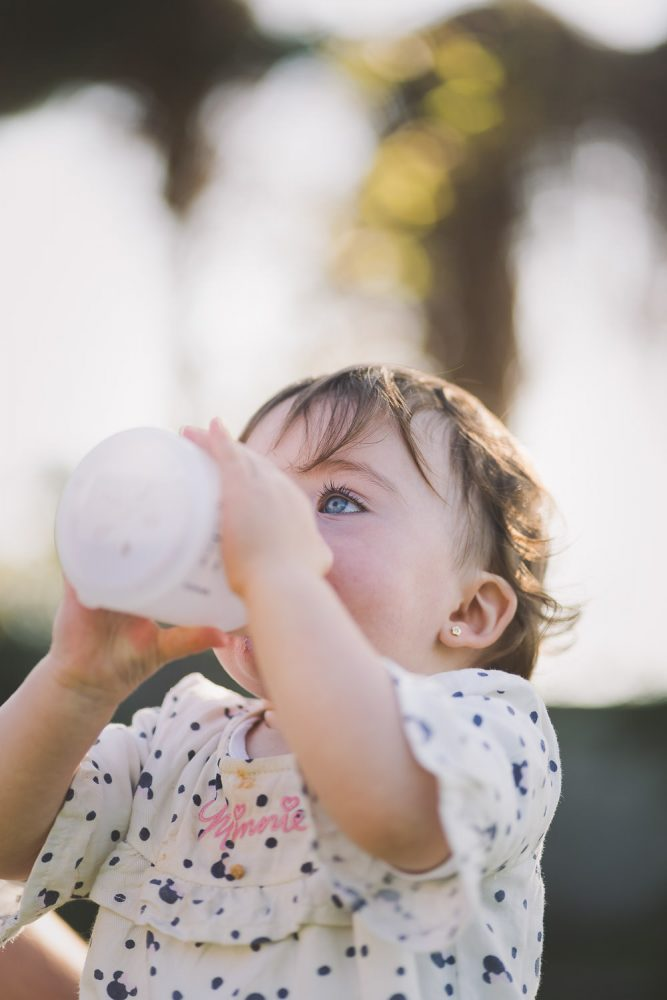 niña bebiendo de biberón